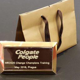 Dárková taška a tabulka čokolády z věnováním pro Colgate-Palmolive